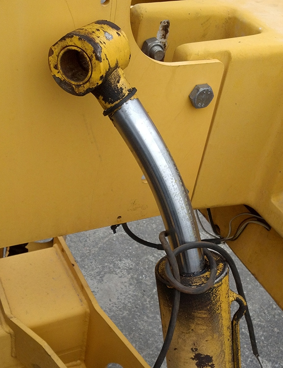 Hydraulic cylinder actuator bent rod